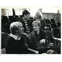 184 Press Photo Cloris Leachman chucks Dan Biggsunder chin