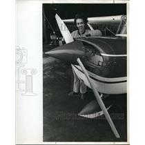 1972 Press Photo Jacqueline Carmack behind the Cessna plane - ora00891