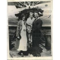 1935 Press Photo Milo Burcham with Mrs. Burcham and their son Garry - ora07723