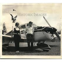 1971 Press Photo Mr and Mrs Guy Hendrix with their Piper Cherokee monoplane