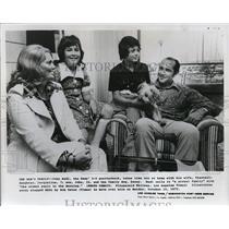 1974 Press Photo John Hadl, the Rams, 3-0 quarterback, with his family