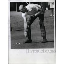 1972 Press Photo Trailblazer Assistant Coach Neil Johnston playing golf