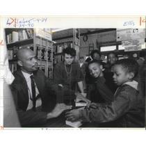 1990 Press Photo Kareem Abdul-Jabbar Signs Books At Powells Books - ora14611