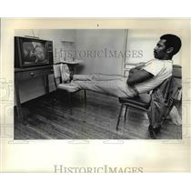 1970 Press Photo Blazer rookie forward Ron Knight watching TV at Herrick Hall