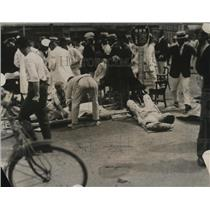 1923 Press Photo Injured men assisted at a earthquake area