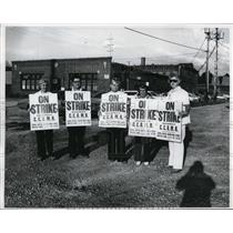 1976 Press Photo Strikers at Euclid Adult Training Center