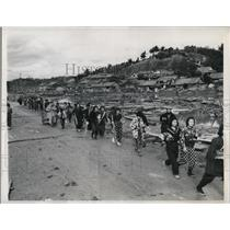 1946 Press Photo Homeless residents after earthquake in Shinjo, Japan