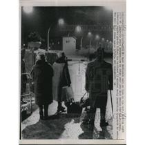 1964 Press Photo West Berlin Holiday Communist Guards Letting People In