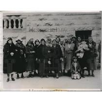 1935 Press Photo Some of the women and children who besieged the courtyard