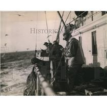 1923 Press Photo group of Halibut fishermen in action
