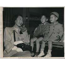 1947 Press Photo Seattle Wash Mrs Daniel Lew & son Anthony & John