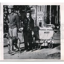 1949 Press Photo Dallas Tex Mr & Mrs William Stockdale from Putnam Con on walk