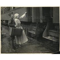 1923 Press Photo American Legion & sister board a train in San Francisco