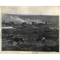 1943 Press Photo Workers practices guerilla fighting tactics in Russia