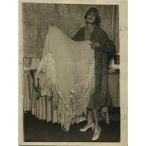 1926 Press Photo Ms. Agnes Rafaelle Kennedy, sales girl showing French Shawl