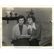 1937 Press Photo Mrs. Helen Hackett Muller and Claudette Colbert