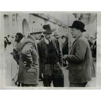 1939 Press Photo of General Eric Virgin (L) speaks with R. Stonemore, and E.W.