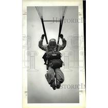 1983 Press Photo Sherrill King, Parachute off Beech 99 training plane - ora46024