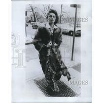 1972 Press Photo Actress Elizabeth Ashley in Fox Coat and Silk Pantsuit