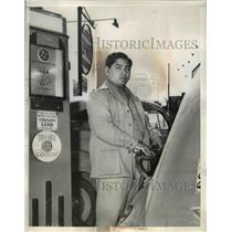 1941 Press Photo Tulsa Okla Willie Taylor Seminole Indian at a filling station