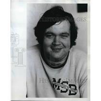 1975 Press Photo Bruce Hoekstra, Oregonian paper delivery man, present to man