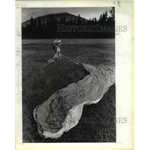 1983 Press Photo Sherrill King pack up he training chute after her jump