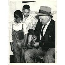 1964 Press Photo Capt. James McCraney of the Joliet Police releasing, unlocking