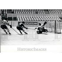 Press Photo International Ice Hockey At The Olympic Pool In Tokyo