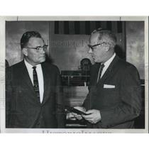 1963 Press Photo Mr. Carpenter with Mayor Schrunk during a City council ceremony