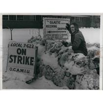1963 Press Photo Jerry Guthrie, Labor leader strike on Glastic Corp