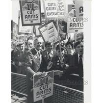 1976 Press Photo Crowd of demonstrators greet TUC conference delegates