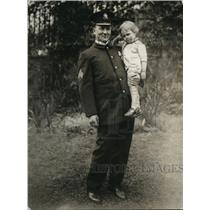 1922 Press Photo Sgt. McQUade of the White House Police with one of his children