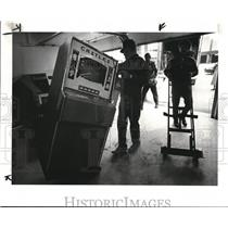 1984 Press Photo Workmen move out the gambling machines from Mentor Police