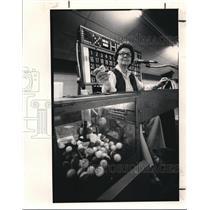1985 Press Photo Rose Vopat calls a Bingo game at the Rollerdome in Euclid