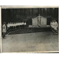 1926 Press Photo Sandhurst Cadets salute monument of war dead in Paris, France
