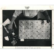 1985 Press Photo Mary Shealey plays 8 cards & uses a variety of charms