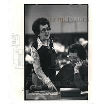 1985 Press Photo Chris Muzic checked Bettu Potokar's cards after she won BINGO