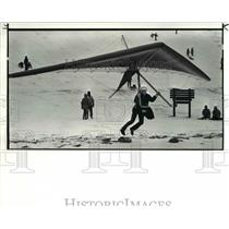 1987 Press Photo Joe Troke lands his hang glider on frozen edgewater beach