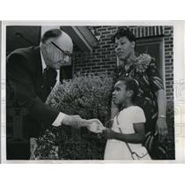1950 Press Photo Jean Jackson Gives Flower to Plantation Owner J Holmes Sherard