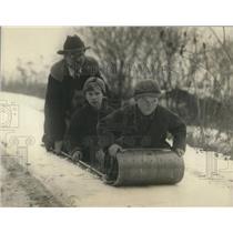 1925 Press Photo John Carlson & boys Rbt & Dave on a toboggan