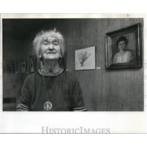1971 Press Photo Dorothy Gilbert, wearing peace symbol her honor Museum Art Schl
