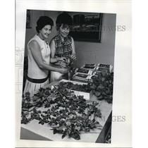 1970 Press Photo Mrs. Raymond Chaney with Mrs. Jack Gossett, President