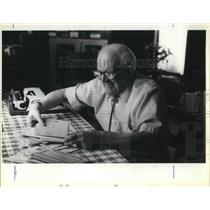 1980 Press Photo Lewis Bowman fixing letter at his home in Lincoln City