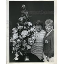 1972 Press Photo Mrs. Leeding with Mrs. Cuurry during a two-day event - ora12380