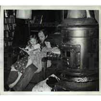 1977 Press Photo Gary LaHaie reading story to daughters Stephanie & Nicole
