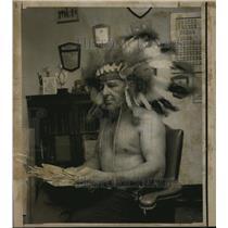 1970 Press Photo Dallas Bias With Indian Headdress - ora04019