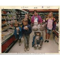 1991 Press Photo Jan Harding shops for turkey for Thanks giving Dinner.