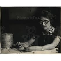 1925 Press Photo Ella Peterson works with fine twine