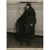 1919 Press Photo of woman wearing a $75,000 dollar fur coat.