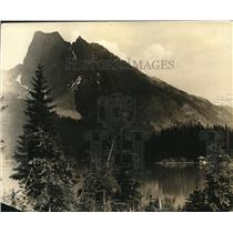 1925 Press Photo Mount Burgess, Emerald Lake at British Columbia